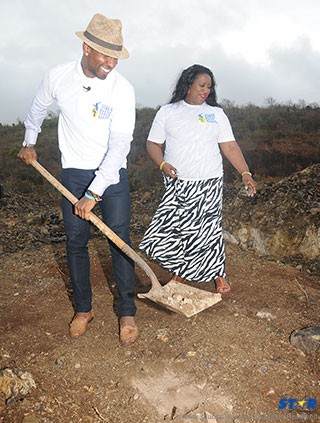 Defoe and his mother at sod-turning ceremony.