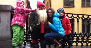 дети с гномом у магазина в Старом городе
