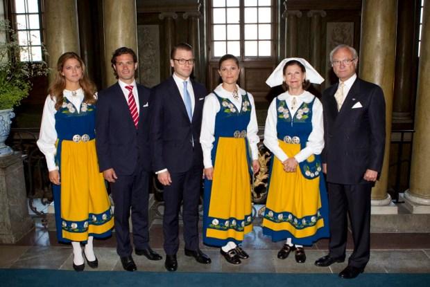 Шведская Королевская семья в национальных костюмах