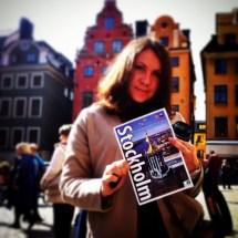 фото на фоне домиков в старом городе Стокгольма