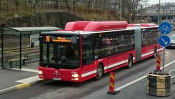 красный автобус 76 из порта до Старого города в Стокгольме
