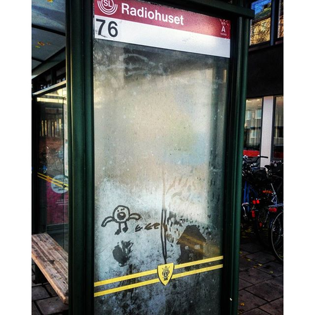 детский рисунок росой на остановке в Стокгольме