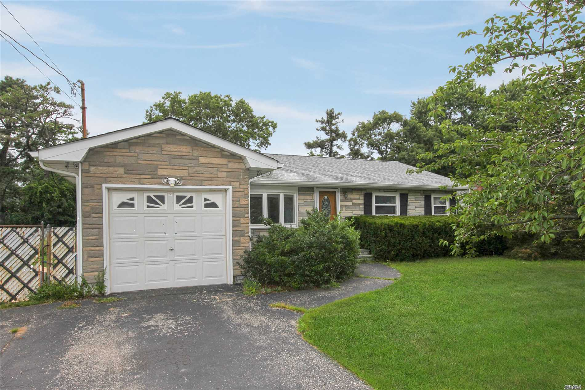 Garage For Sale Long Island 3 Bed 1 Bath Home In Hauppauge For 359 000