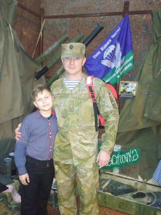 Боєць 13-го окремого десантно-штурмового батальйону Сергій Назаренко: В новому терміналі Донецького аеропорту ми знайшли багато делікатесів. А хліба не було. І чорна ікра на армійській галеті мала досить екстравагантний вигляд 06