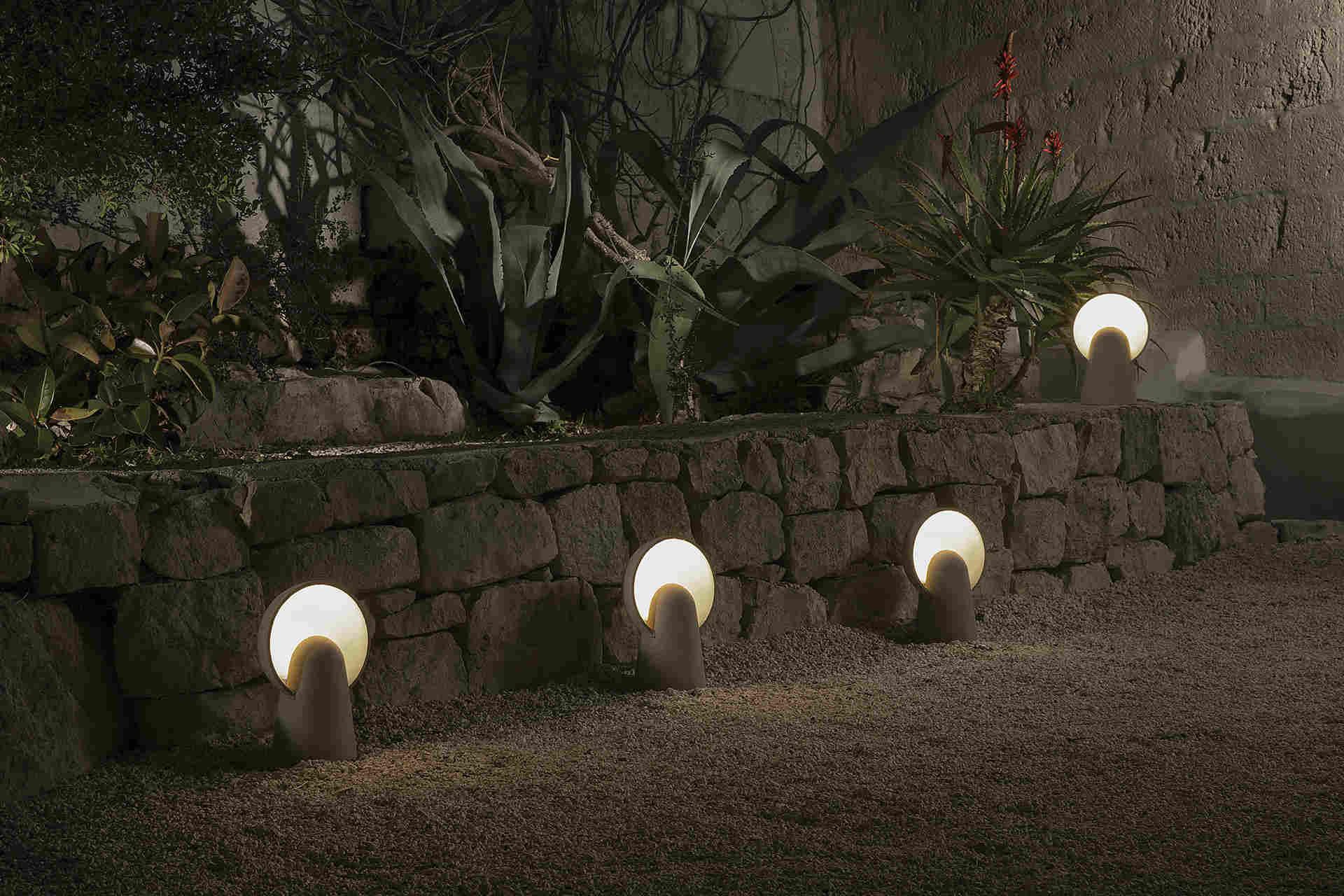 Luci per giardino idee giardino balcone con luci solari da