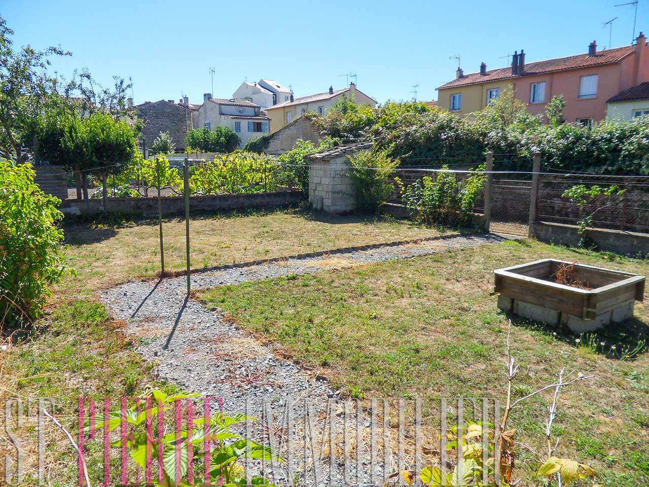 60 000 maison de ville avec garage et jardin niort st pierre immobilier niort - Piscine dans petit jardin de ville saint paul ...