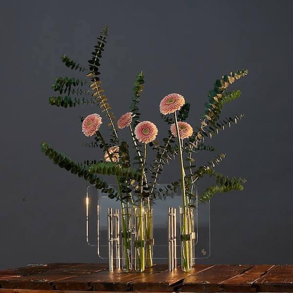 Raumschmuck Stahlklappen sideboard industriedesign Vasen