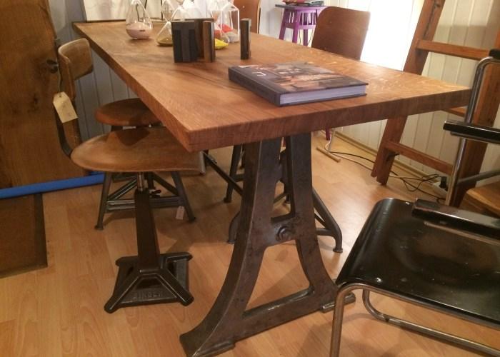 Vintage Industriedesign Esstisch mit Tischplatte aus massiver Eiche.