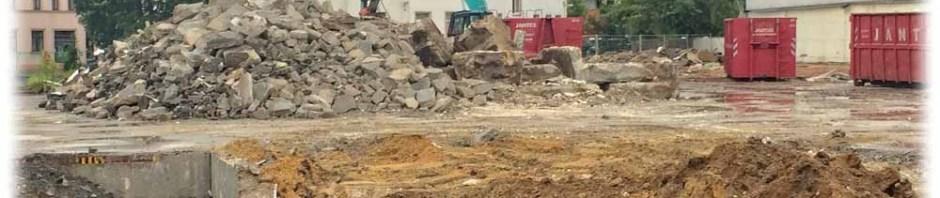 Der Abrissbagger hat bereits ganze Arbeit geleistet: Von den Flachbauten zwischen Kipsdorfer und Zinnwalder Straße ist nicht mehr viel übrig. Foto: Heiko Weckbrodt