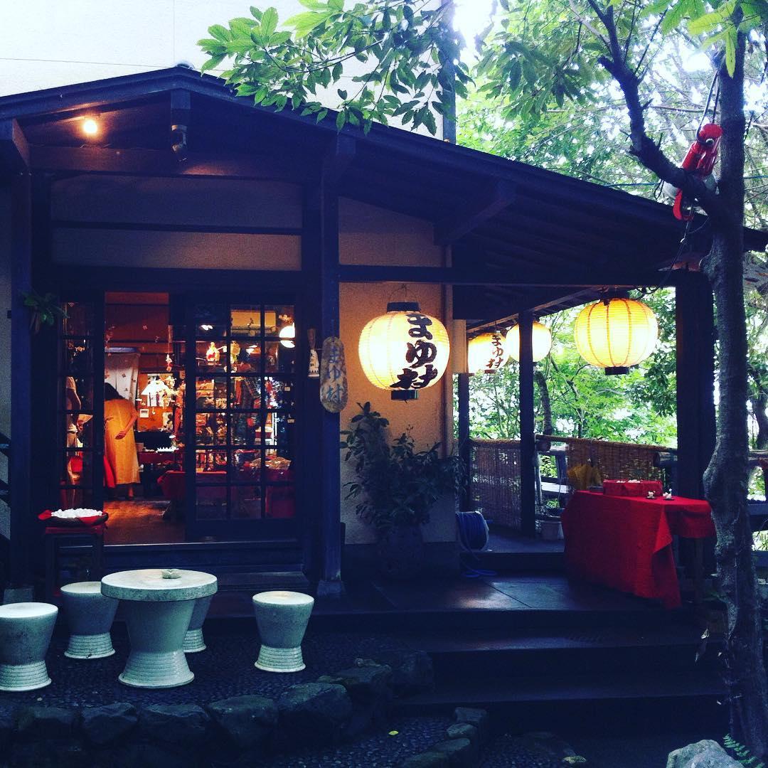 你心中盛開的是什麼樣的花園? 看了宮崎駿近來的記錄片,突然想起四年前在京都的夏天。 偶然在竹林附近找到了一間不食人間煙火的小工作室,裡面有對年長的夫婦。他們引用蚕茧創造許多可愛的飾品,讓人目不暇接。 有張小小的桌子,老爺爺就坐在那裡面帶許多笑容地工作。老婆婆看我們滿頭大汗,親切地泡了綠茶招待我們。 我們雞同鴨講地嘗試溝通,但只能把所有知道的簡單日英單字推出來用。可是這也其實Ok。有時也不需要說很多,心中有個對照,也滿意了。 時常會回味這巧遇,感覺像是當時走進了夢境,走進了桃花源。 如果我們能細心的栽種我們自身的花園,也許當我們老了,也能為下一代帶來那一絲絲的奇特感應。 · #京都 #蚕茧 #宫崎骏 #人生 #旅途 #回味 #感恩 #悠遊 #陶坊 #不食人間煙火 #工作室 #巧遇 #桃花源