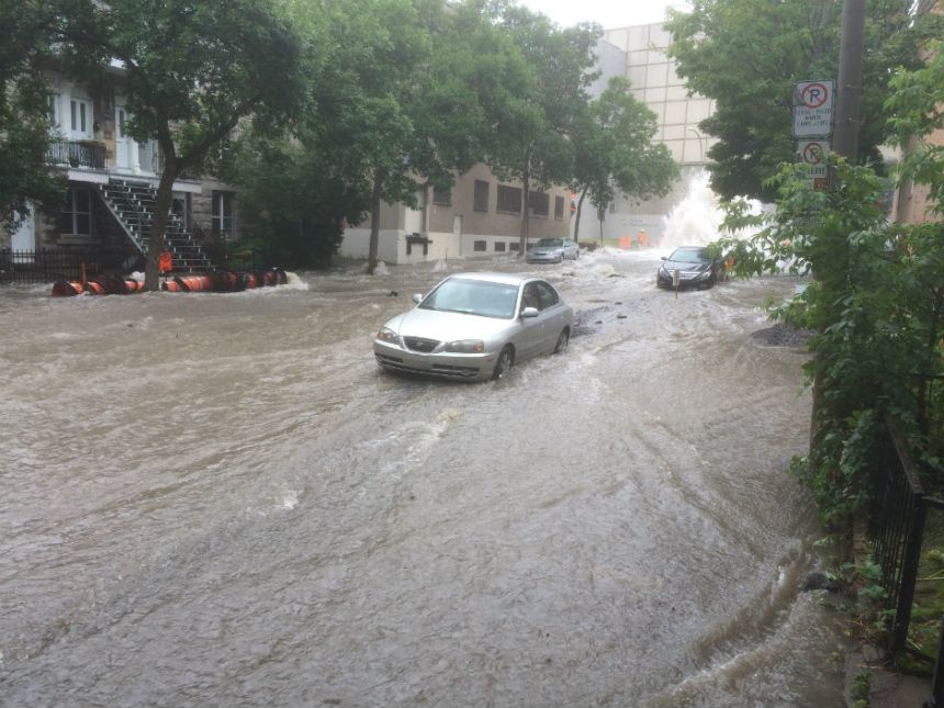 Une voiture est piègée dans l'eau par une fuite à Montréal