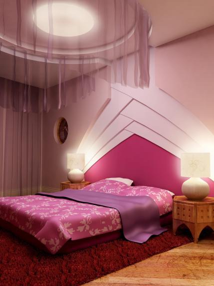 חדר שינה בעיצוב נועז עם שילוב של צבעים חזקים ואלמנטים עיצוביים ייחודיים