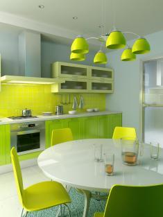 מטבח צעיר עם עיצוב מודרני וצבעים נועזים.