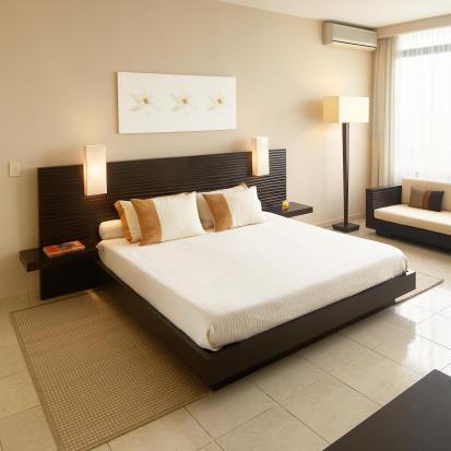 קווים נקיים יוצרים חדר שינה מעוצב והרמוני