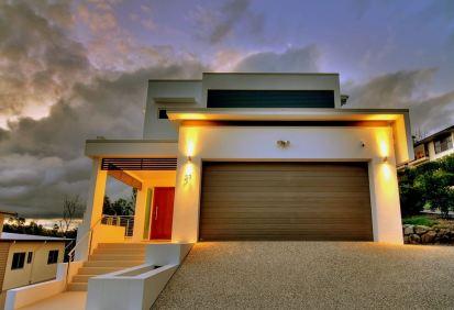 תוספת תאורה נכונה בחצר הבית מדגישה את העיצוב הנקי.