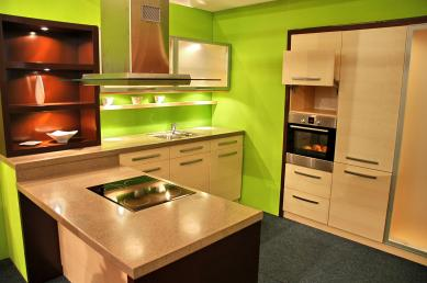 עיצוב הבית והמטבח בצבע ירוק עם שילוב צבעים ניטרליים.