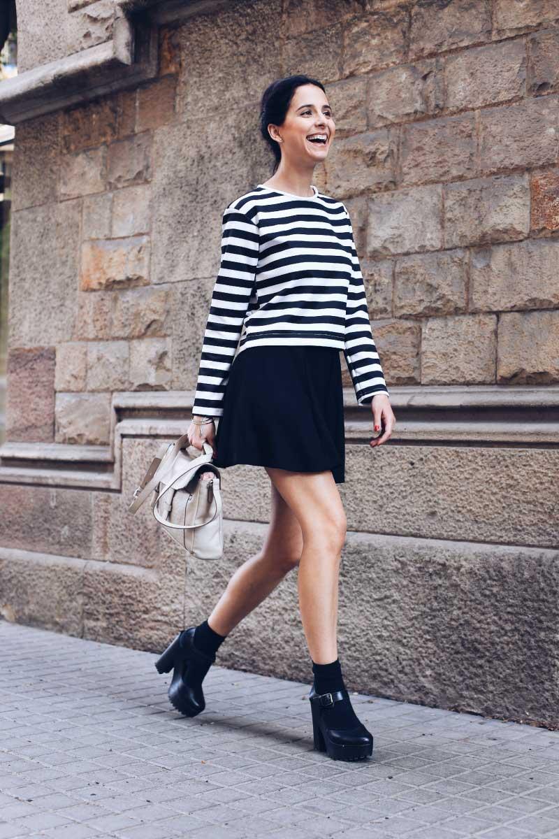 style-in-lima-milagros-plaza-falda-negra-camiseta-rayas-negro-blanco-bolso-tous