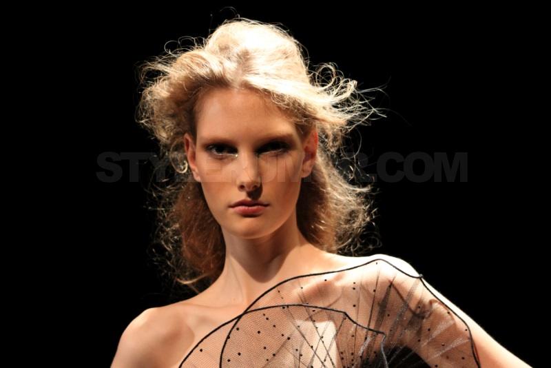 marchesa-fall-winter-2010-frederic-fekkai-hairstyle-38