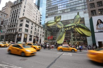 H&M CELEBRATES FIFTH AVENUE FLAGSHIP OPENING WITH JEFF KOONS 1