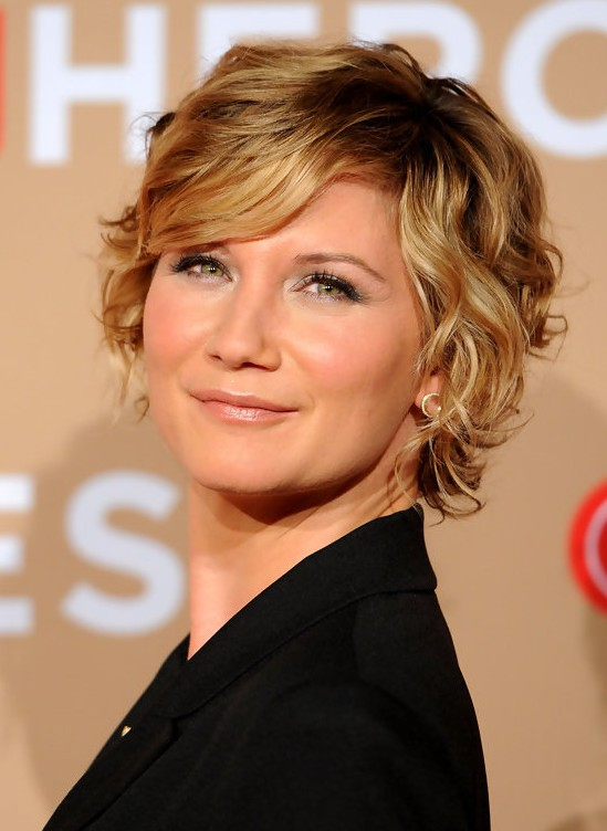 Jennifer Nettles Short Blonde Wavy Curly Bob Hairstyle with Bangs | Styles Weekly
