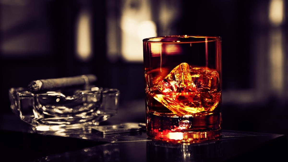 Sipping With Stogies: What Whisky to Pair With Your Cigars