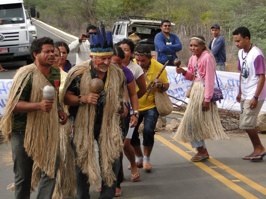 Brasil, agosto de 2013, idindigenas del municipio Pipipan Floresta, Pernambuco Brasil. Cierre de una carretera federal, debido a la demarcación forzada de sus tierras. Fotografía: Renata Bessi