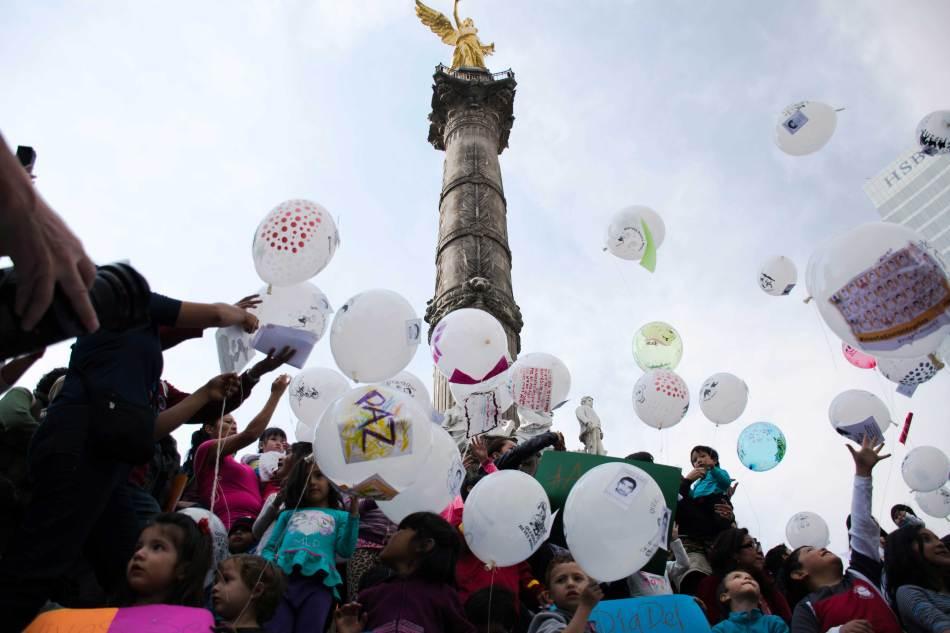 [Fotogalería] Globos por Ayotzinapa