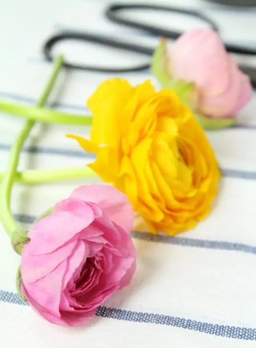 DIY fresh flower cake topper by Sugar & Cloth