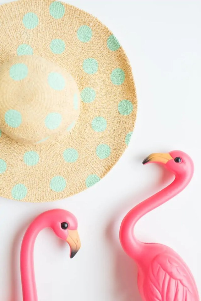 DIY polka dot floppy hat | sugarandcloth.com