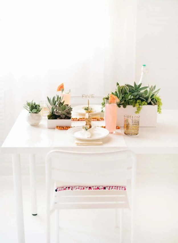 DIY pom pom placemats and tabletop | sugarandcloth.com