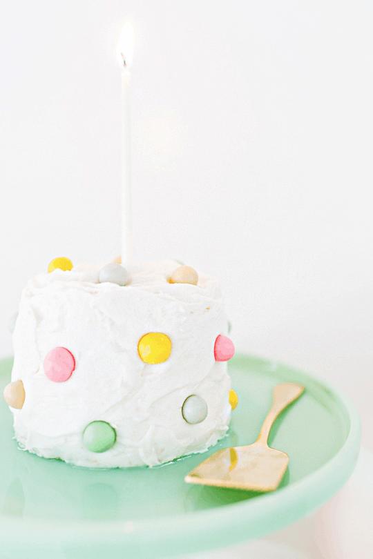 DIY pom pom cake | sugarandcloth.com