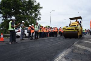 Kementrian PUPR Coba Limbah Plastik Untuk Pengaspalan Jalan