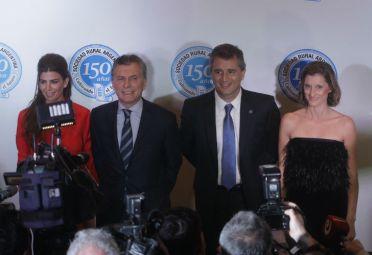 El presidente de la Nación, Mauricio Macri; el presidente de la SRA, Luis Etchevehere; y sus respectivas esposas, anoche en la cena por los 150 años de la SRA. FOTO: Alberto Raggio / DyN.