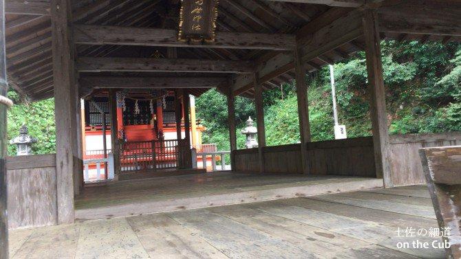 拝殿とのつなぎ目部分にあたる建物