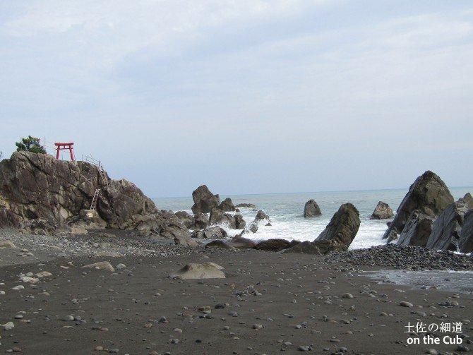 最も大きな岩の上に鎮座する神社