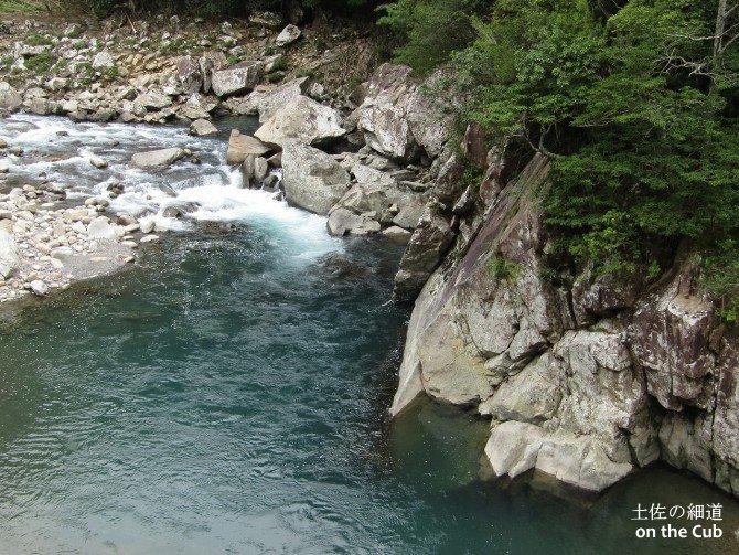 橋から安田川を見下ろしてみる