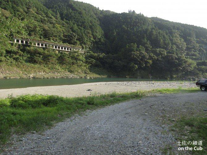 河原でキャンプする感じ
