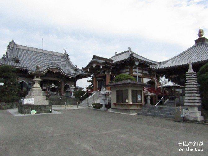 街中にある整ったお寺