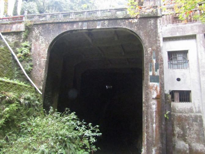 さらに進むとトンネルが・・・