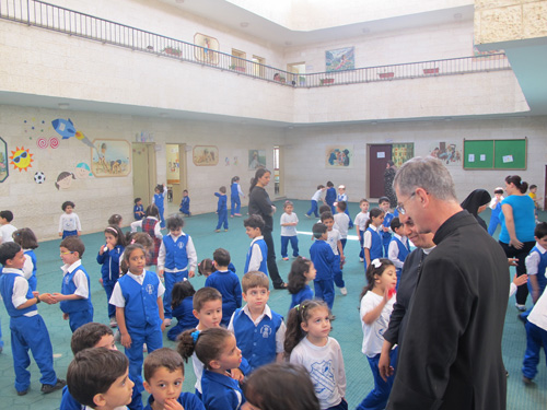 Visitando una delle scuole affidate alla cura pastorale dei sacerdoti del Istituto del Verbo Incarnato