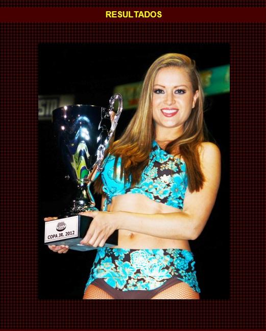 Liz Rico, edecán del CMLL, con la Copa Jr. / Arena México - 30 de noviembre de 2012 / www.cmll.com