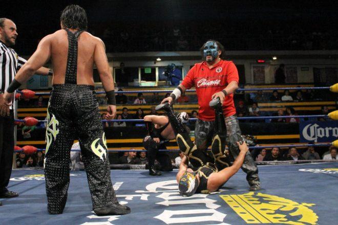Damián 666 vs. El Ángel ante la mirada de Bestia 666 y Canis Lupus / Arena Naucalpan - 2 de dic. de 2012 / Imagen by IWRG Arena Naucalpan en Facebook