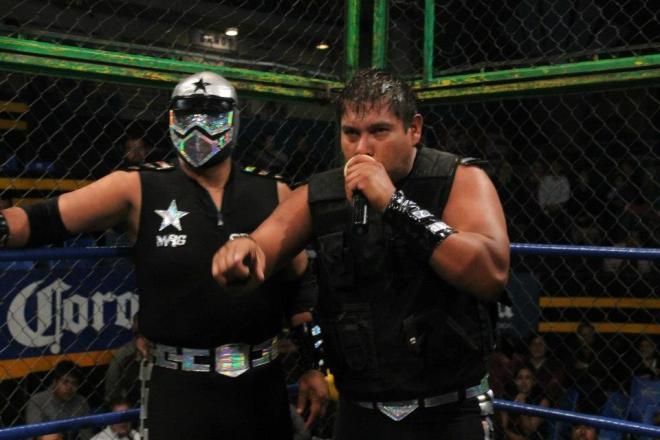Factor, tras perder la máscara ante el Oficial 911 en la Prisión Fatal / Arena Naucalpan - 2 de dic. de 2012 / Imagen by IWRG Arena Naucalpan en Facebook