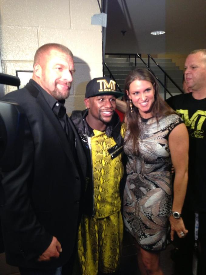 Triple H y Stephanie McMahon con Floyd Mayweather // imagen por @TripleH Twitter