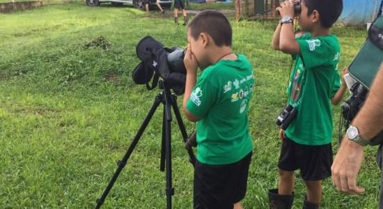 Niños y niñas de la Península de Osa observan la naturaleza que los rodea con otros ojos, ahora tienen más interés por los árboles y los pájaros que visitan sus escuelas y reconocen la importancia de cuidar el medio ambiente. A largo plazo estos pequeños serán los defensores de la Península (foto cortesía Turismo ecológico Golfito).