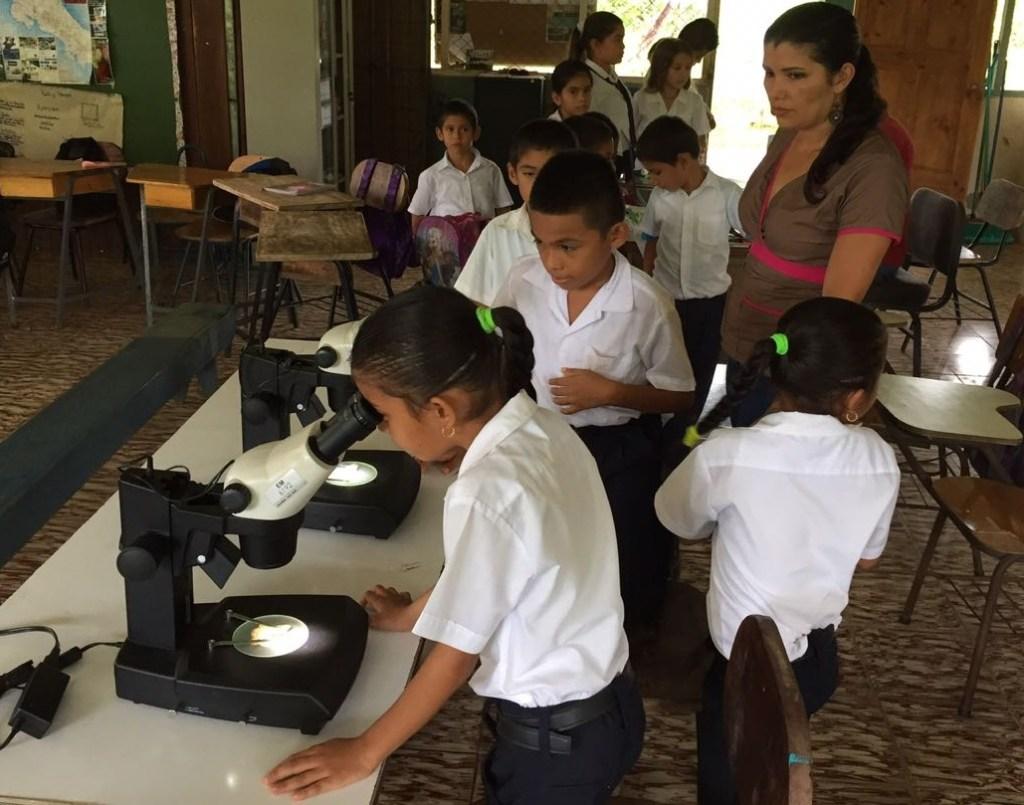 Uno de los centros educativos que participan en este programa es la Escuela Bahia Chal, ubicada en Sierpe, donde hay diez estudiantes a cargo de la maestra Silvana Carballo Chacón (foto cortesía Turismo ecológico Golfito).