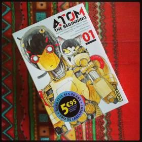 #Manga du jour : Atom the beginning 1, Yûki & Kasahara, @EditionsKana  L'oeuvre d'Osamu Tezuka n'en fini pas d'inspirer les auteurs de mangas. Après Pluto de Naoki Urasawa qui prenait ses origines dans certains chapitres d'Astro Boy, voici Atom the beginning qui imagine les débuts des 2 savants qui ont créé le petit robot.  On prend toujours autant de plaisir à replonger dans l'univers imaginé par Tezuka. L'histoire racontée ici est crédible et prend parfaitement sa place dans la mythologie de l'oeuvre originale.  Graphiquement le titre est très plaisant. Tout en utilisant un style moderne très efficace, le dessinateur n'hésite pas à forcer les traits de ses personnages et robots rendant clairement  hommage au style du maître.  Une bonne pioche pour Kana avec cette série qui compte à l'heure actuelle 2 volumes au Japon.
