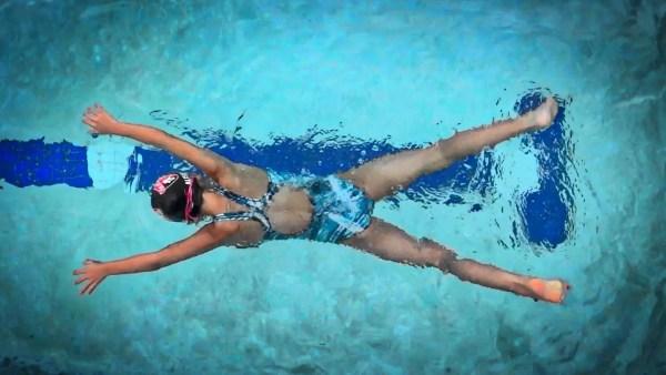 水泳における水の抵抗を理解する為に体感してみよう