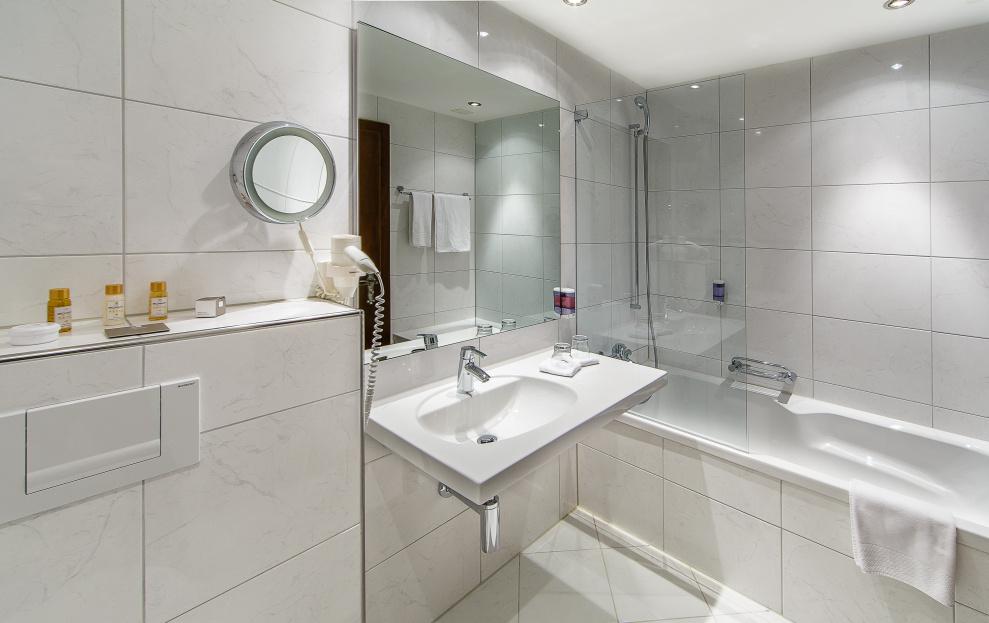 SCHLOSS-HOTEL **** - Swiss-Chalet Merlischachen - badezimmer schloss