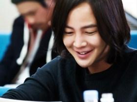 台本読みで笑顔を見せる主役のチャン・グンソク(写真/韓国SBS『テバク』公式サイトより)